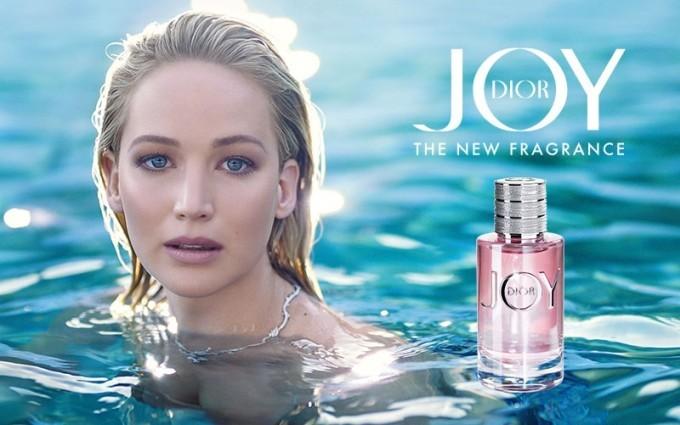 JOY by Dior to woda perfumowana, w której główną rolę grają wibrujące kwiatowe akordy i soczyste cytrusy, spowite pieszczotliwymi nutami drewna i łagodnością piżma. Zapach tysiąca niuansów, a jednocześnie krystalicznie czysty.